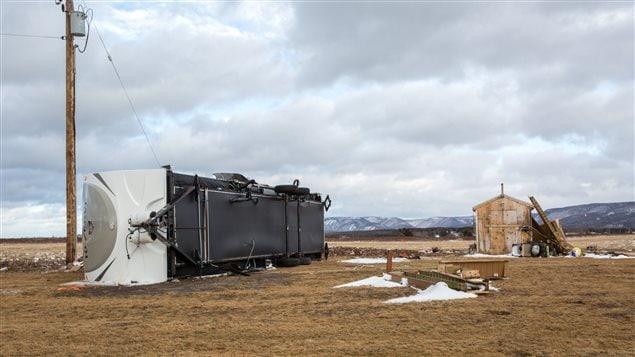 Des vents de 160 km/h ont renversé cette roulotte sur l'île de Chéticamp, en Nouvelle-Écosse mercredi matin.