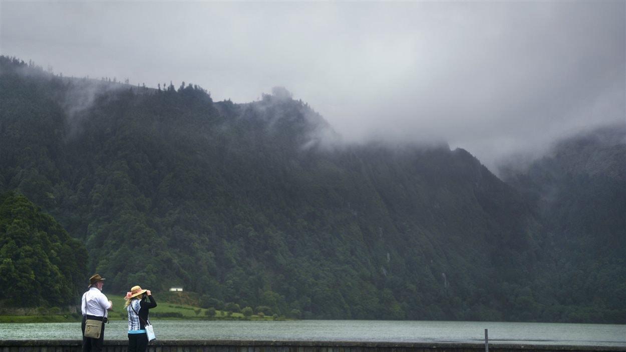 Des touristes photographient le lagon Sere Cidade, sur l'île Sao Miguel, dans l'archipel des Açores, au Portugal. (14 janvier 2015)