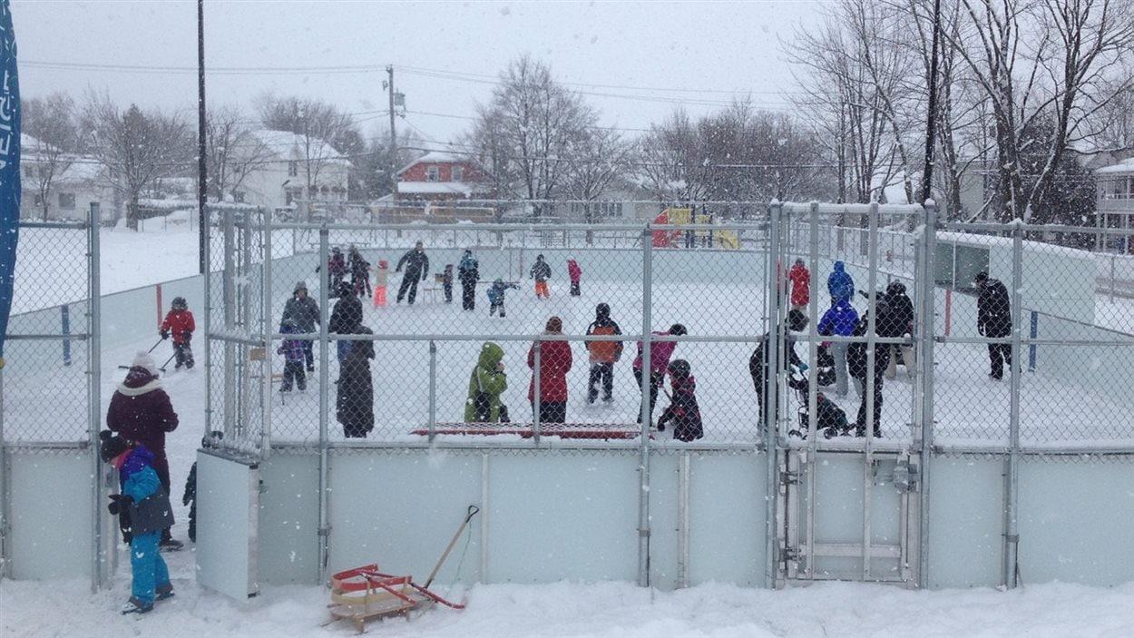 Récemment rénovée, la patinoire du centre-ville de Rivière-du-Loup fait le bonheur de la population