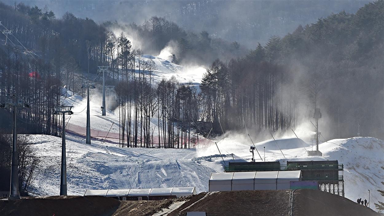 Vue générale de la construction du centre de ski olympique à Jeongseon