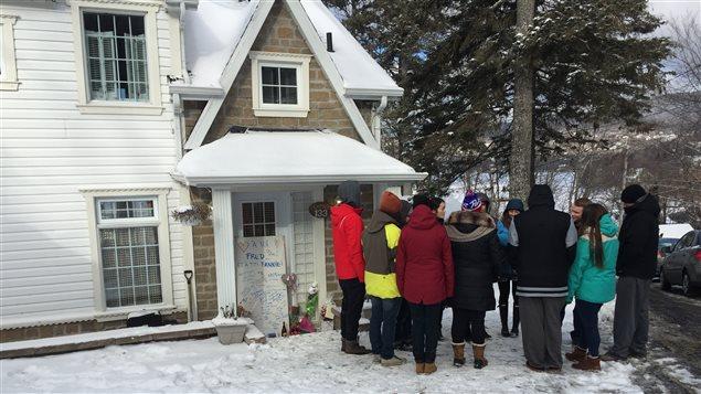 Des amis de Charlelie Carrier se recueillent devant la maison de la famille à Lac-Beauport