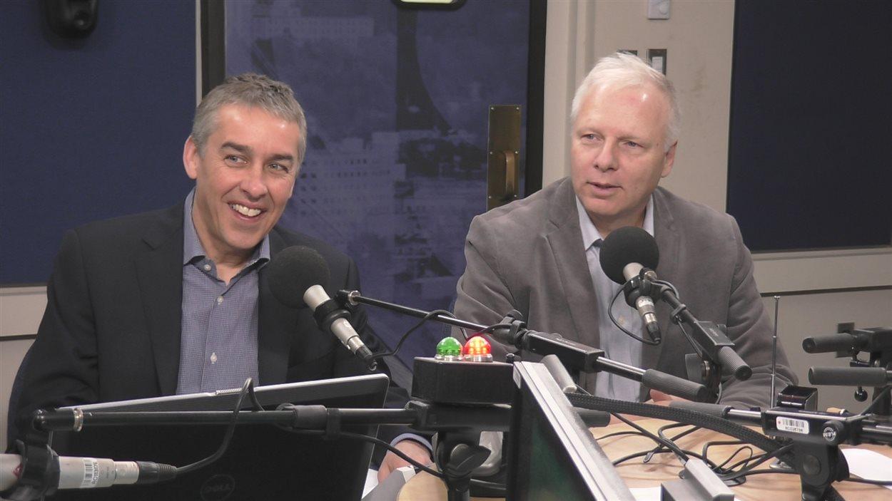 Nicolas Marceau et Jean-François Lisée au micro de Café, boulot, Dodo, avant la tenue du caucus du Parti québécois