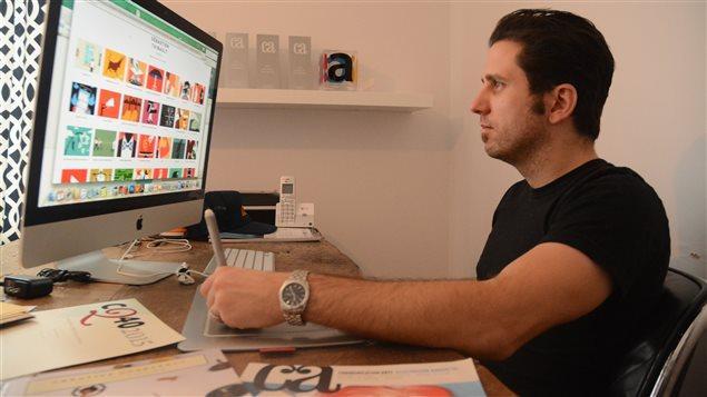 L'illustrateur Sebastien Thibault à son poste de travail.