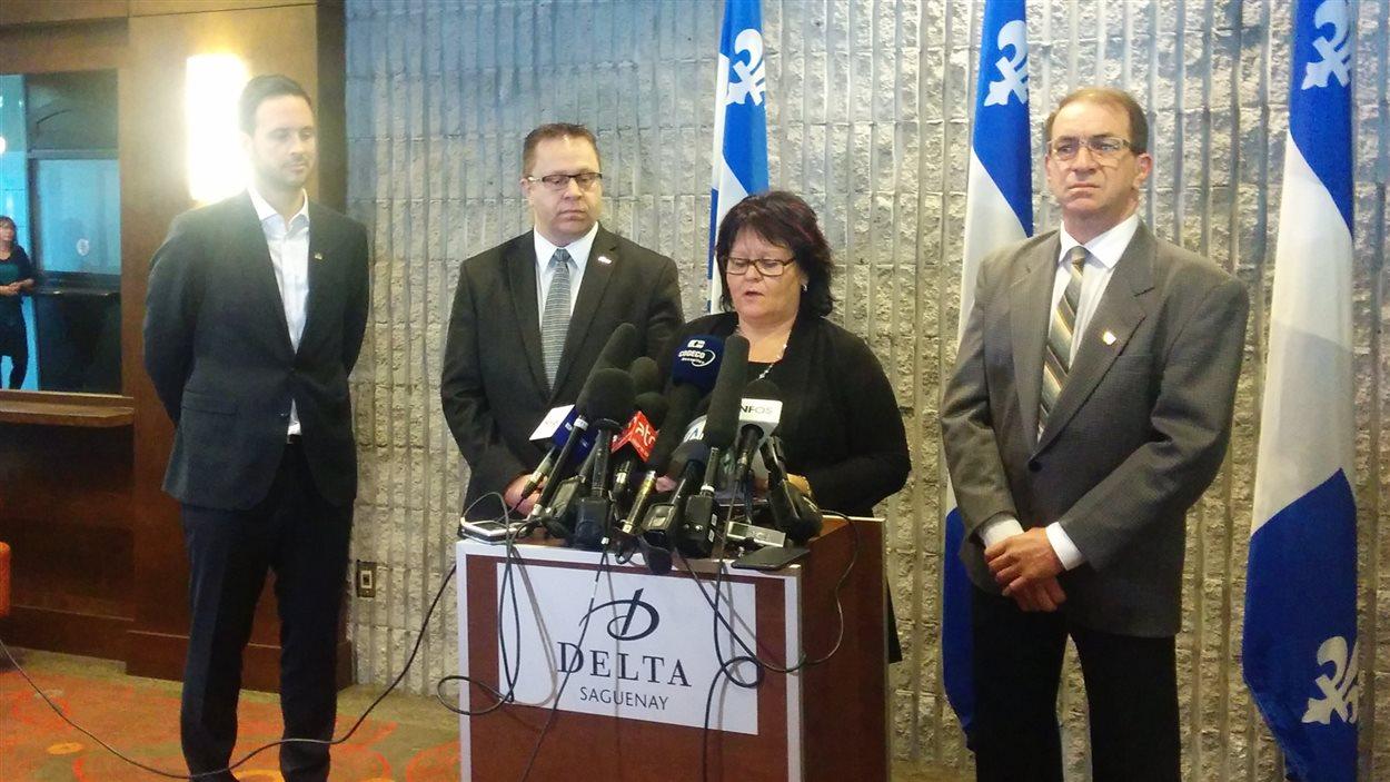Le député Alexandre Cloutier en compagnie des présidents de trois commissions scolaires du Saguenay-Lac-Saint-Jean