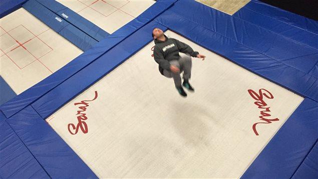 Le propriétaire du Airhouse de Squamish, Rodney Wilson, s'entraîne sur le trampoline.