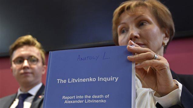 La veuve d'Alexandre Litvinenko, Marina, et son fils, Anatoly, en conférence de presse après la présentation du rapport