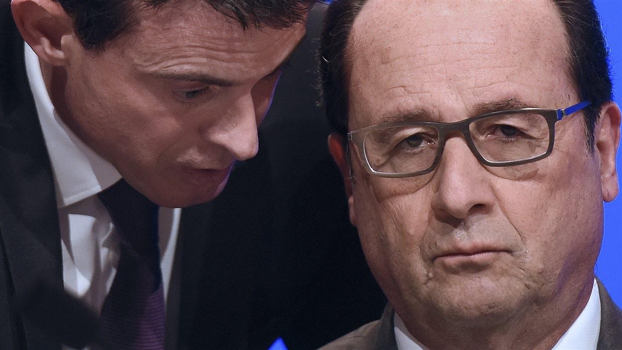 Le premier ministre français Manuel Valls parle au président François Hollande (archives)