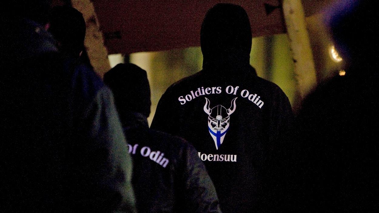 Des membres de la milice civile islamophobe Les soldats d'Odin manisfeste à Joensuu, dans l'est de la Finlande.