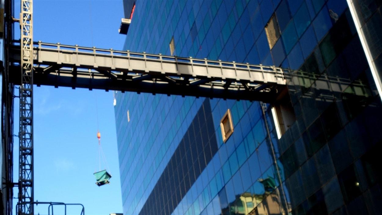 Passerelle du nouveau CHUM en construction au-dessus de la rue Sanguinet