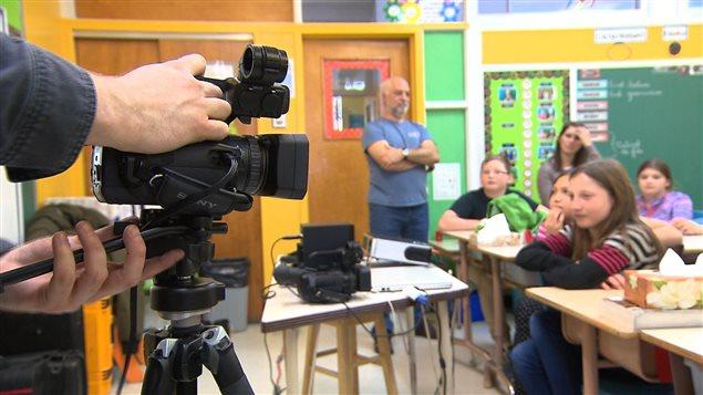 Le Festival Ciné-7 fait le tour des écoles primaires de Sept-Îles pour enseigner les rudiments de la vidéo.