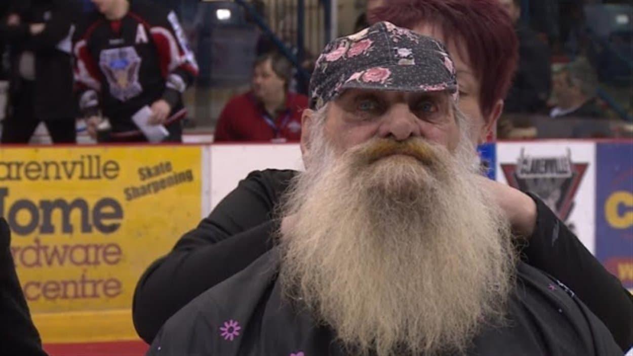 Un Terreneuvien rase sa barbe de 40 ans pour une bonne cause