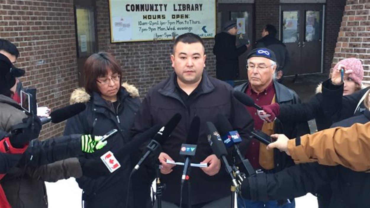 Le maire par intérim de La Loche Kevin Janvier s'adresse aux médias