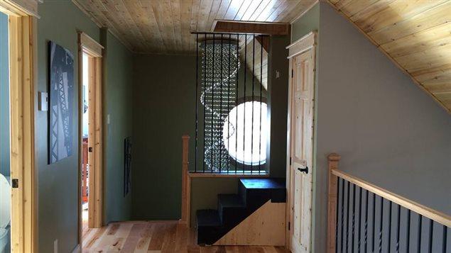 Le 2e étage, où sont aménagées les chambres à coucher. On voit ici l'escalier qui mène à l'ancien clocher.