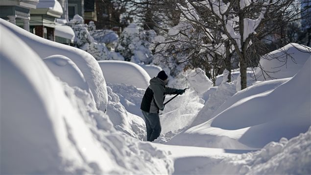 Cette photo prise dimanche à Union City, au New Jersey, montre bien l'ampleur de la tempête qui a frappé la région en fin de semaine. Jonas serait la deuxième plus importante tempête à frapper New York.