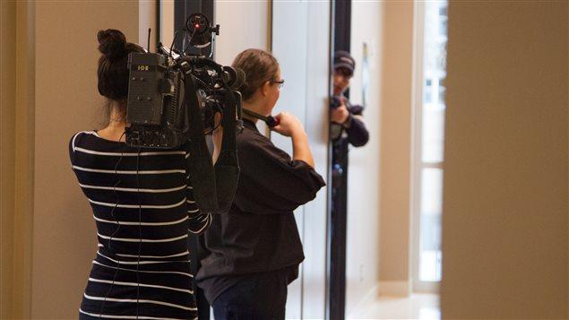 Notre caméraman Josée Ducharme au coeur de l'action alors qu'une femme, en pleine simulation, menace de mettre fin à ses jours en se tranchant la gorge.