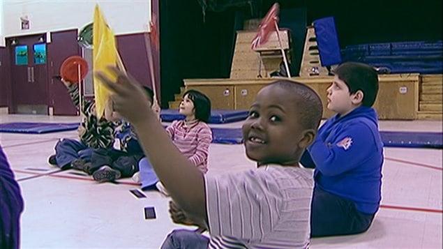 Un cours d'Arts nomades donné par une artiste du Cirque dans une école de Saint-Michel en 2007