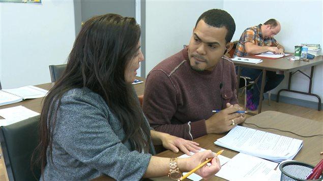 Immigrant d'origine dominicaine qui participe à un cours de francisation à Gaspé.