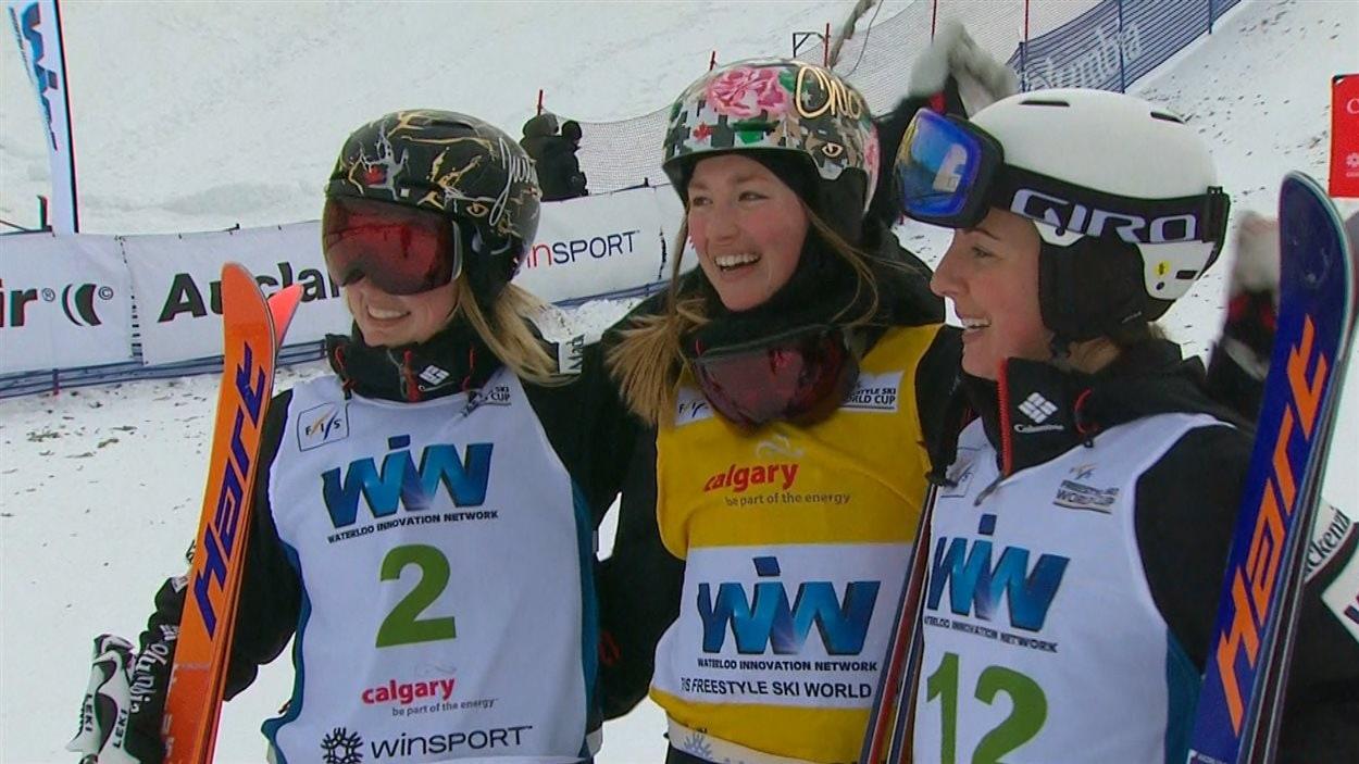 Chloé Dufour-Lapointe (au centre), Justine Dufour-Lapointe (à gauche) et Andi Naude (à droite).