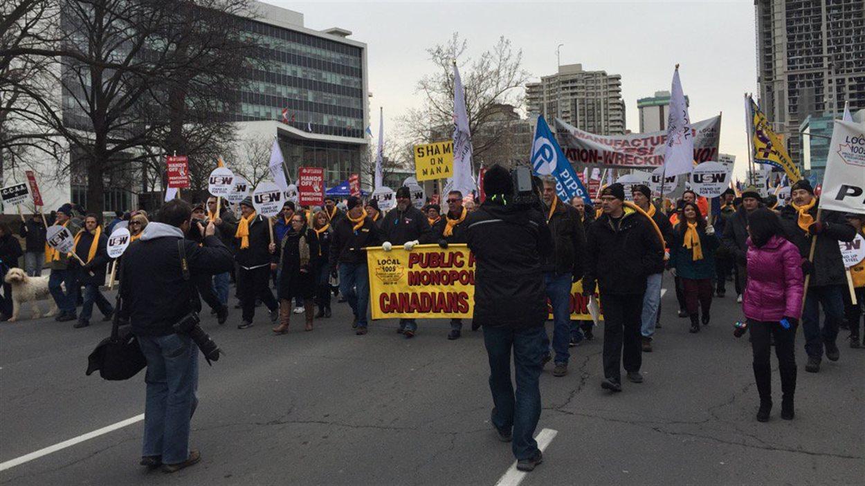 Des milliers de personnes manifestent à Hamilton pour soutenir les employés et retraités de U.S. Steel.