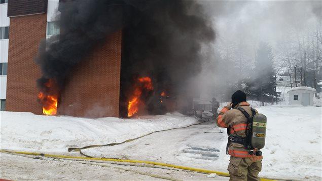 Le feu a commencé au sous-sol du bâtiment.