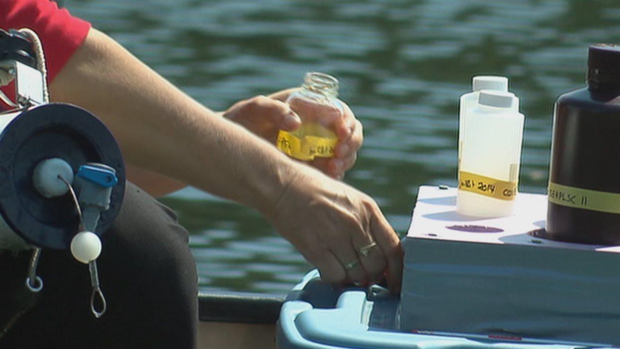 Des tests sont effectués sur l'eau du lac Saint-Charles.