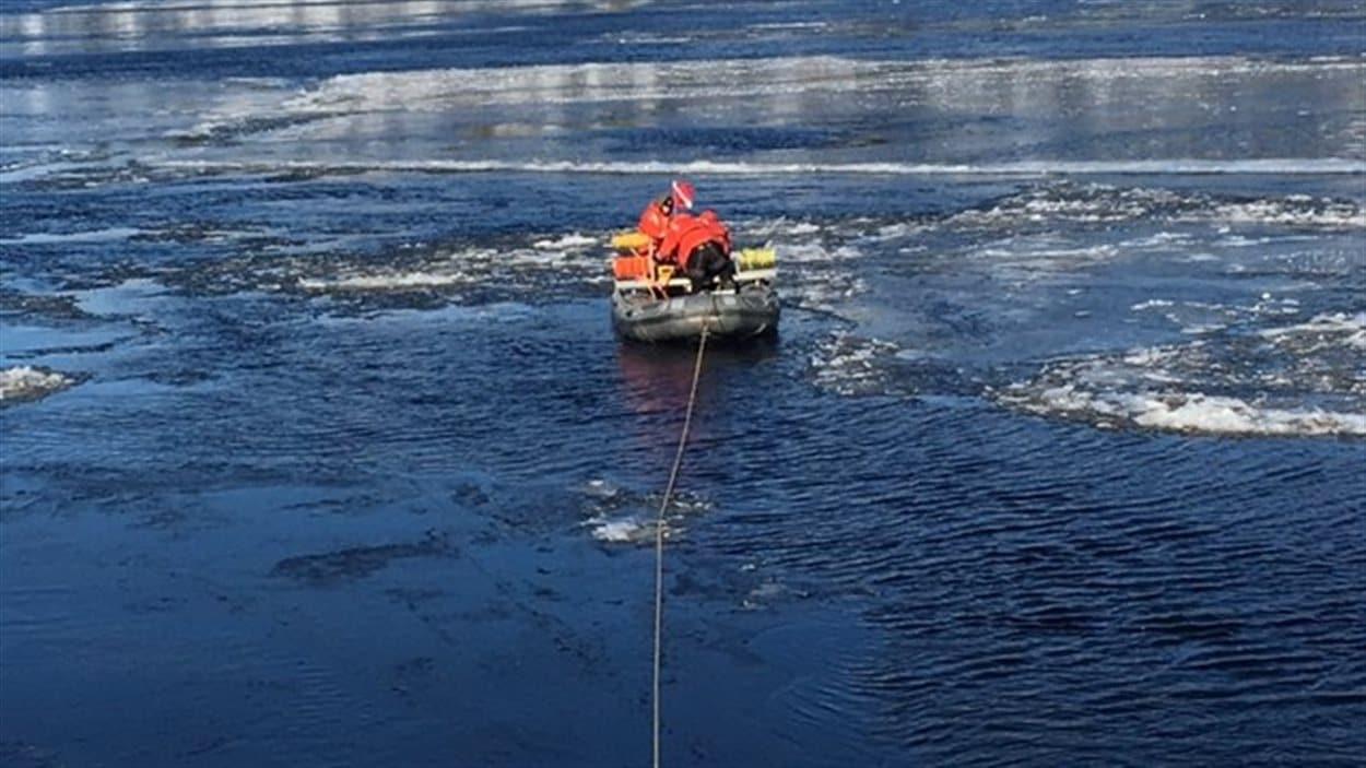Des plongeurs de la Sûreté du Québec fouillent les eaux de la rivière Saguenay.
