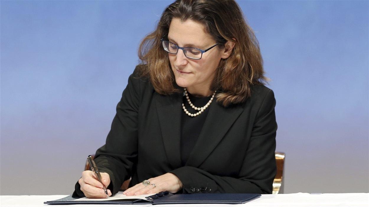 La ministre du Commerce international du Canada, Chrystia Freeland, appose sa signature sur l'accord de Partenariat transpacifique, à Auckland, en Nouvelle-Zélande, le 4 février.