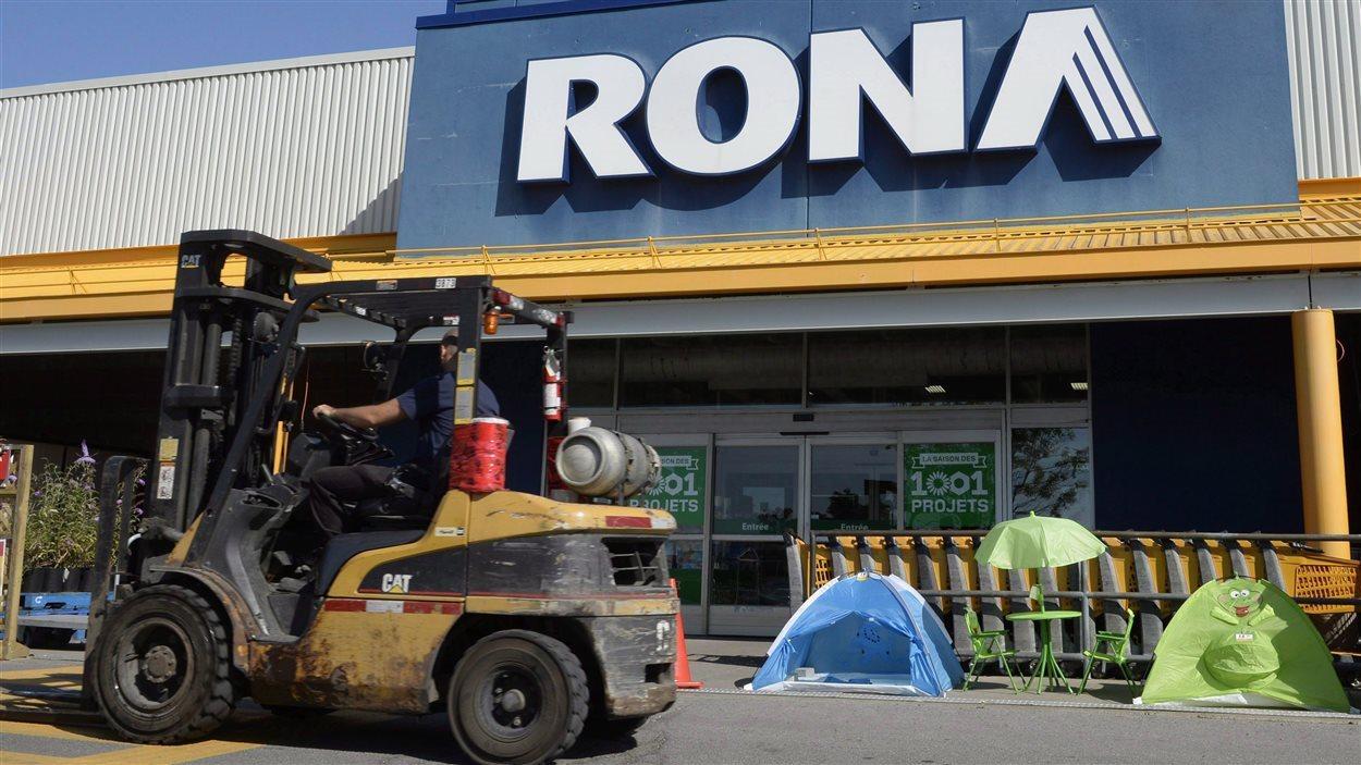 Activité devant un RONA à Saint-Eustache