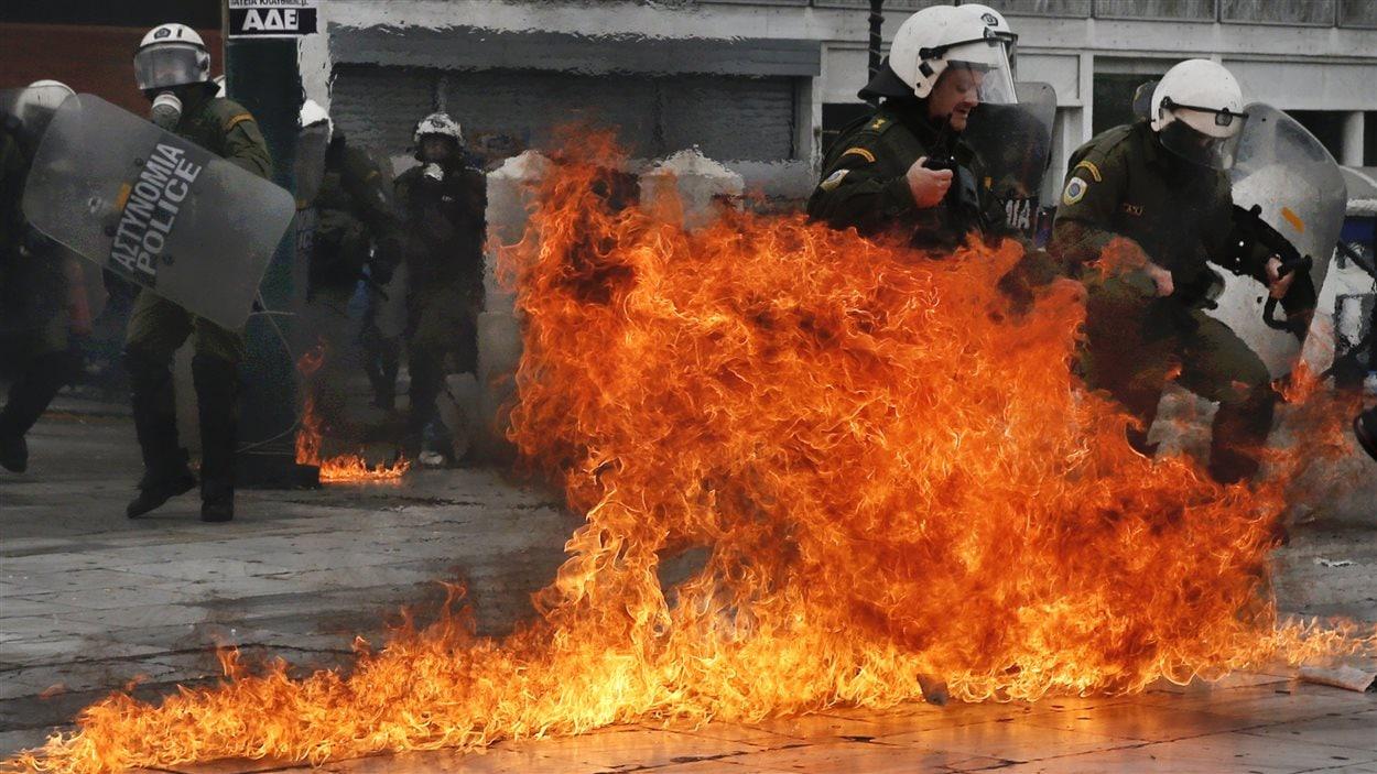 Des policiers anti-émeute ont reçu des cocktails Molotov lors des manifestations.