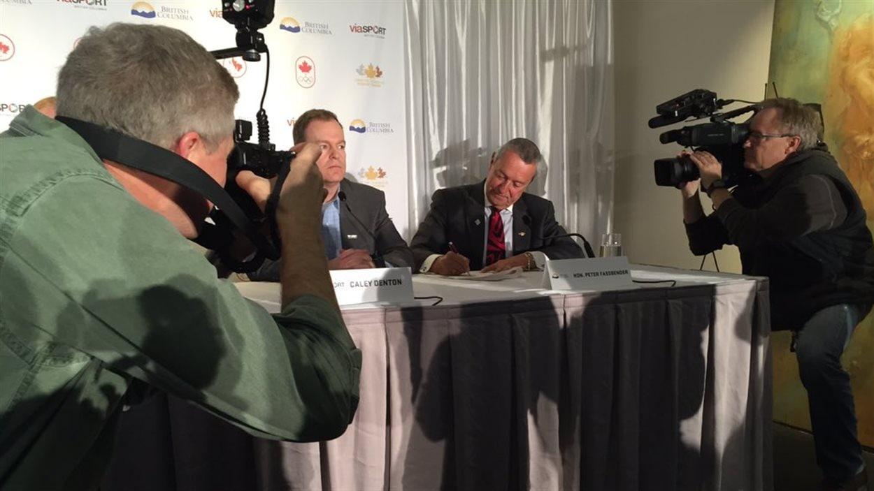 Le ministre britanno-colombien du Sport Peter Fassbender et le représentant de viaSport Caley Denton signent une entente de collaboration.