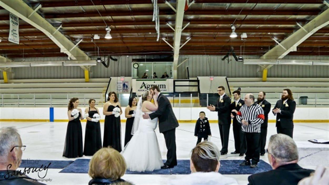 Le couple s'est marié sous le thème du hockey