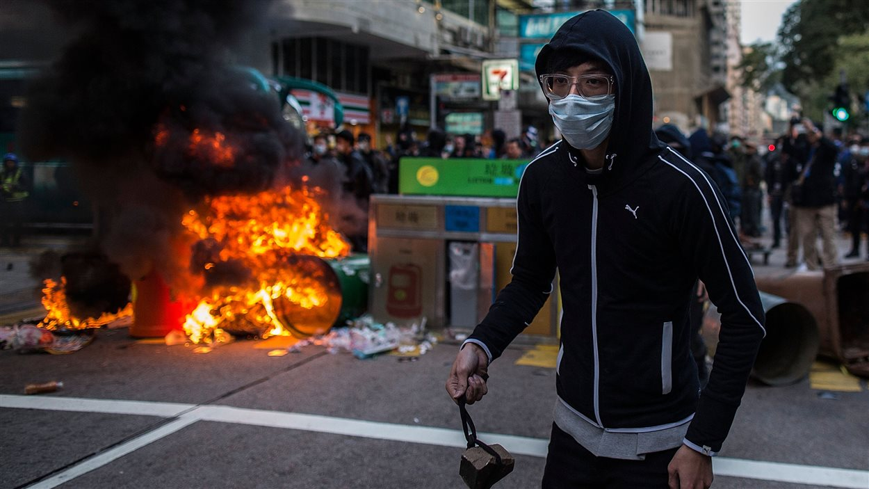 Des manifestants ont tiré des briques aux policiers dans le quartier de Mong Kok, l'un des plus densément peuplés de Hong Kong, lors de célébrations du nouvel an lunaire. (9 février 2016)