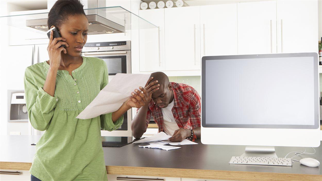 Un couple vérifie sa facture de téléphone cellulaire.