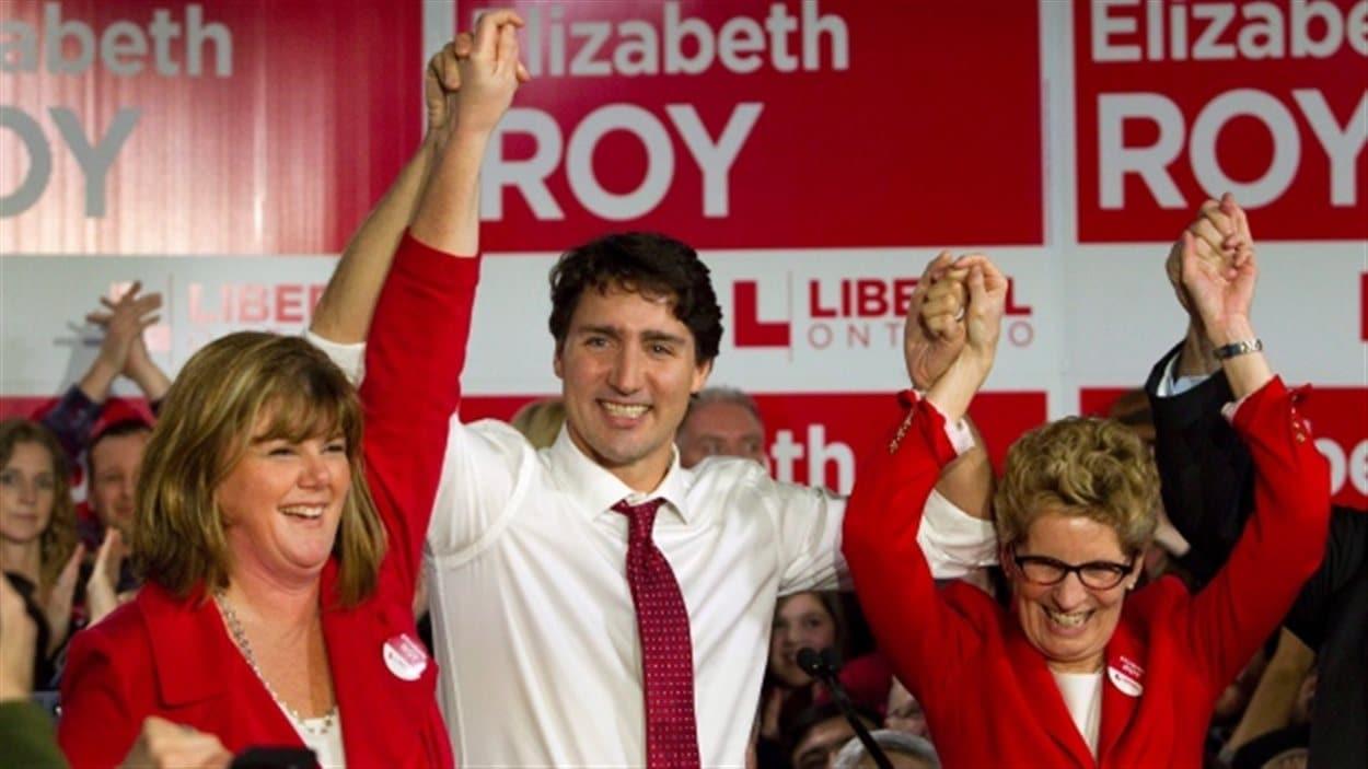 La candidate à l'élection partielle Elizabeth Roy, le premier ministre du Canada Justin Trudeau et la première ministre de l'Ontario Kathleen Wynn lors d'un rassemblement à Whitby.