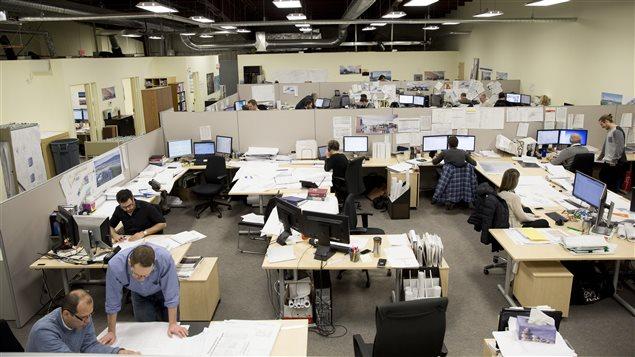 Les professionnels de plusieurs compagnies travaillent conjointement.