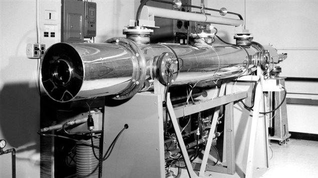 Une horloge atomique dans les installations du CNRC au milieu du siècle dernier