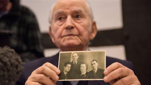 Leon Schwarzbaum a été le premier témoin entendu au procès de Reinhold Hanning. En conférence de presse, il a exhibé une photo le montrant aux côtés de ses parents et de son oncle, morts tous les trois à Auschwitz.