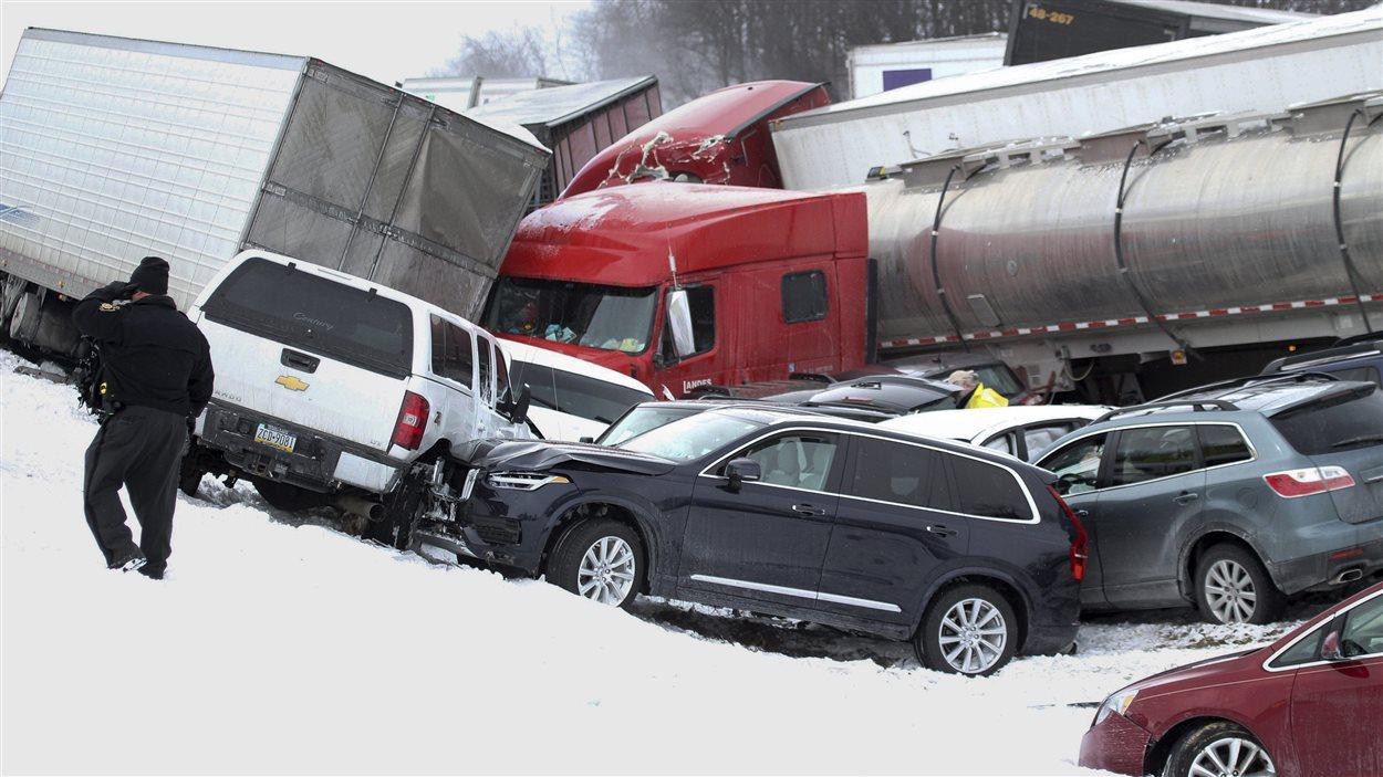 Le carambolage implique plus de 70 personnes. Des dizaines de véhicules se sont retrouvés entassés les uns sur les autres.