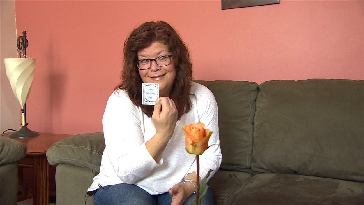 Une femme a reçu une femme et une carte pour la Saint-Valentin lorsqu'elle a été arrêtée par un policier de Sainte-Anne.