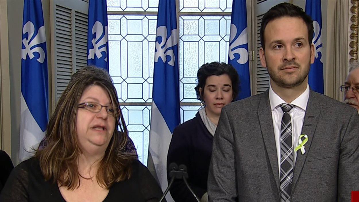 Manon Leclerc, coordonnatrice de l'organisme L'ABC des Hauts Plateaux et le porte-parole de l'opposition en matière d'Éducation, Recherche et Persévérance scolaire, Alexandre Cloutier.