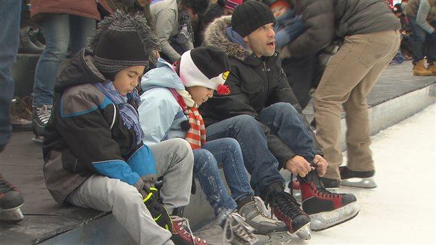 Des centaines de familles ont appris la nouvelle alors que le syndicat faisait une opération de sensibilisation à la patinoire du square Nathan-Phillips.