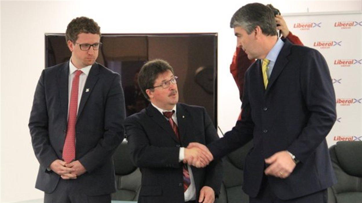Le premier ministre de la Nouvelle-Écosse Stephen McNeil et Chuck Porter (au centre).