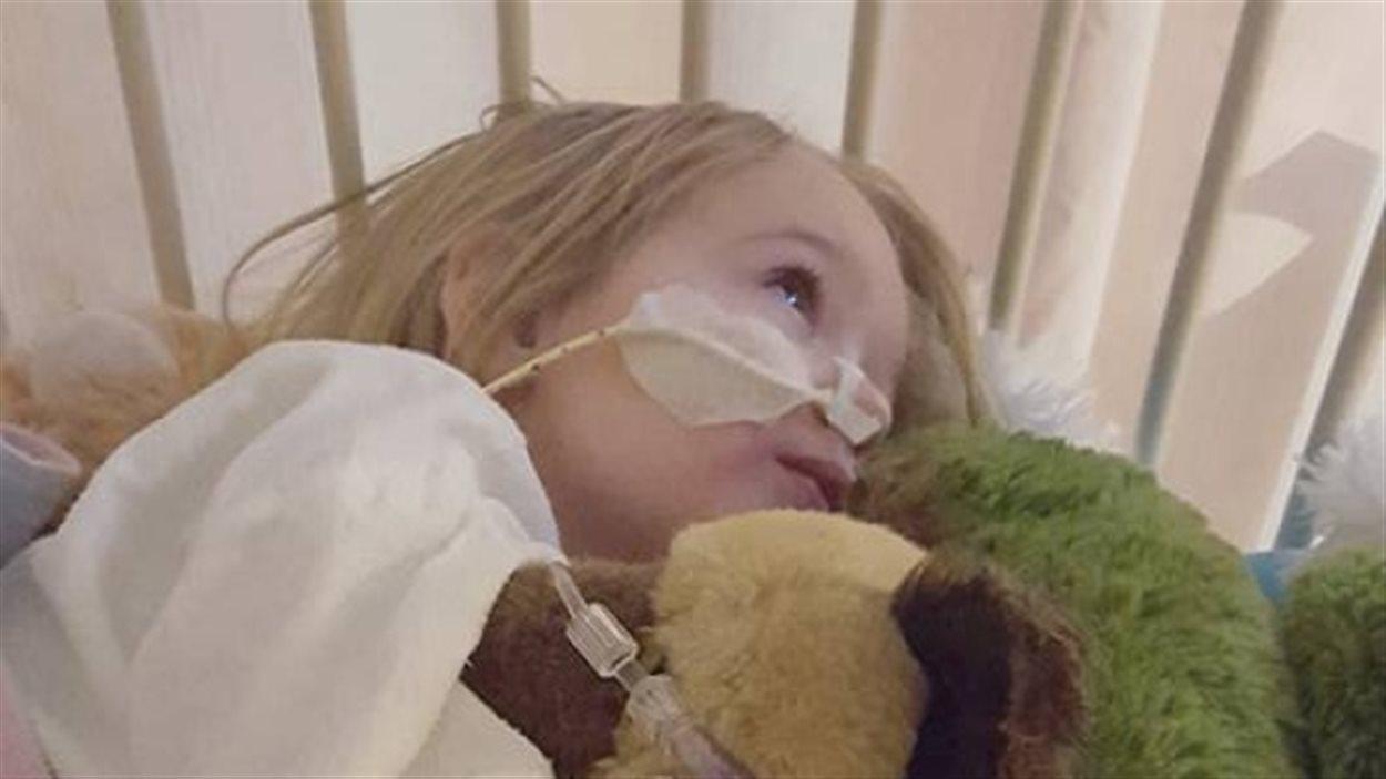 La petite Katie Smith a dû voir 5 docteurs avant que le dernier découvre qu'elle avait avalé une pile.