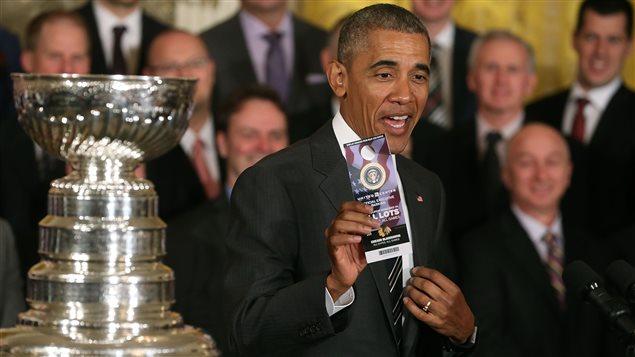 Barack Obama a paru plus impressionné par son accès VIP au stationnement du United Center que par la Coupe Stanley