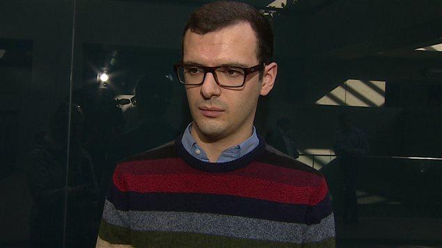 Jean-Christophe de Le Rue, directeur des communications d'Uber Canada, réagit à l'adoption d'une réglementation des services de covoiturage urbain par le conseil municipal de Calgary, le 22 février 2016.