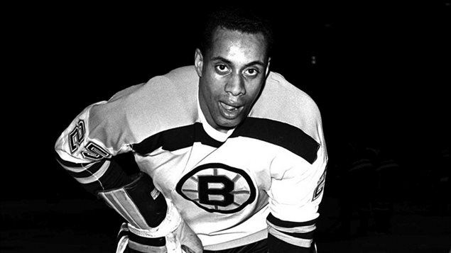 Willie O'Ree en 1960 quand il jouait pour les Bruins de Boston.