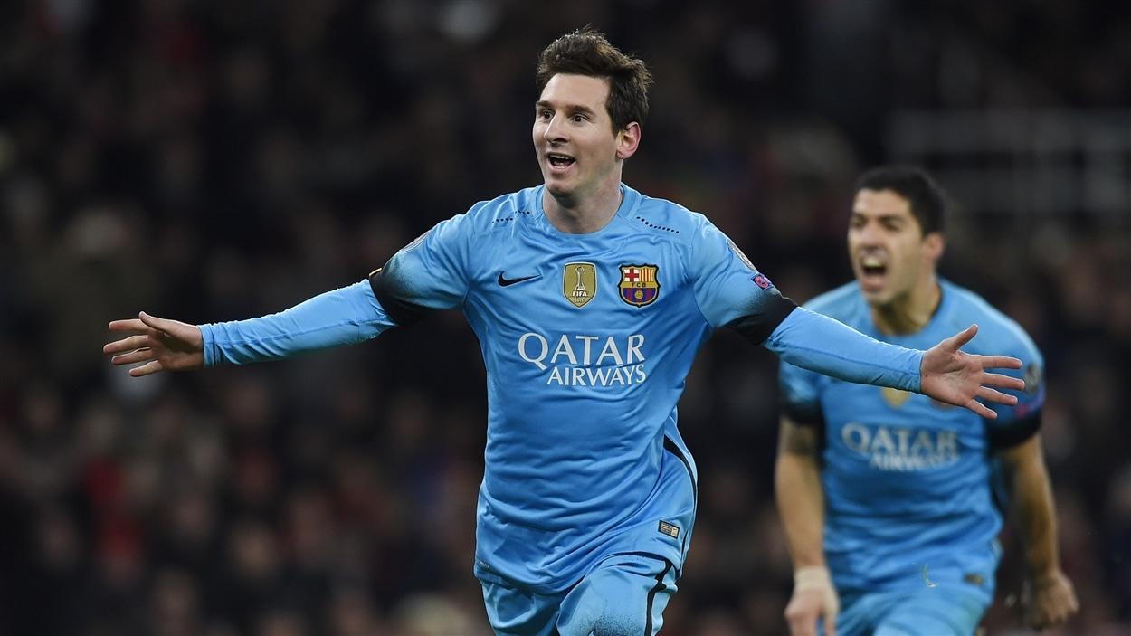 Lionel Messi célèbre un de ses deux buts face à Arsenal