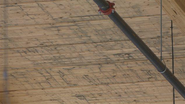 Le plafond de l'aréna de l'UQAC est parsemé de taches noires.