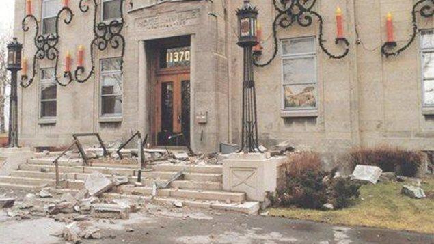 L'hôtel de ville de Montréal-Est a subi des dommages irréversibles en 1988 lors d'un tremblement de terre au Saguenay. Il a dû être reconstruit.