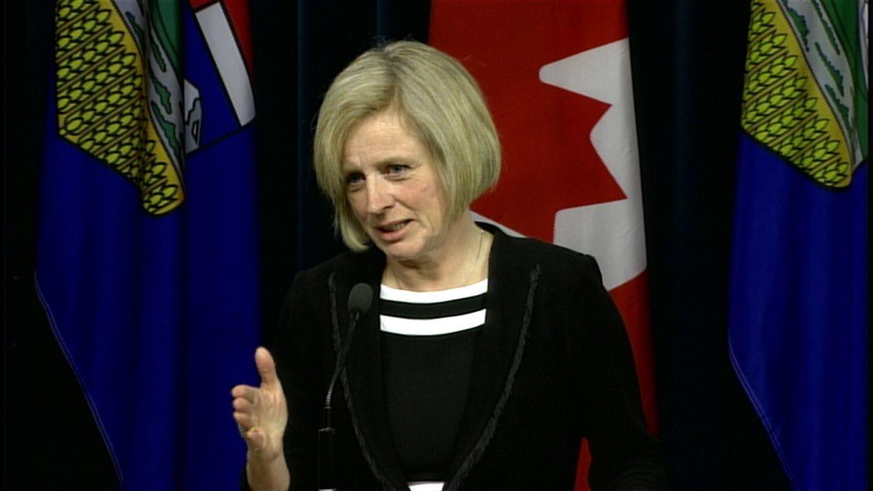 La première ministre de l'Alberta, Rachel Notley, répond aux questions des journalistes le 23 février 2016 à l'Assemblée législative à Edmonton.